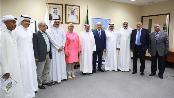 Kuwaiti Minister of Works and Chairman of the Arab Contractors sign a contract for the development of the Nuweibe road.